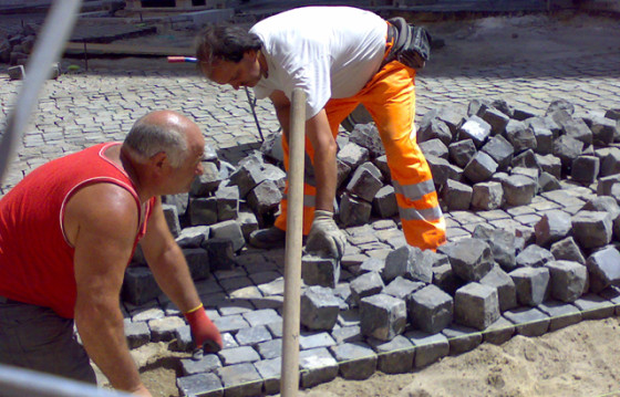 Sanpietrini werden in Rom verlegt
