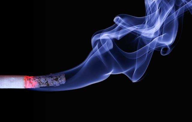 Eine brennende Zigarette mit viel Rauch