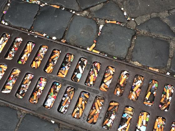 Zigarettenstummel auf dem Boden und zwischen den «San Pietrini»