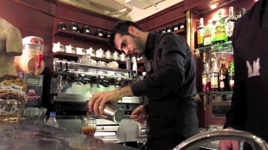Barmann uns sein geschüttelter Kaffee