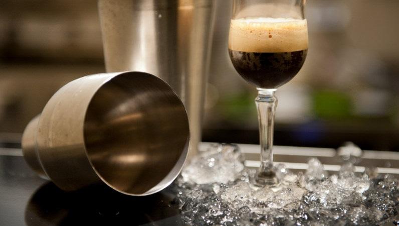 Caffè Shakerato ein teuflisch kühles Getränk mit viel Eis, so soll es sein