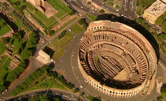 Kolosseum umgeben von Grün