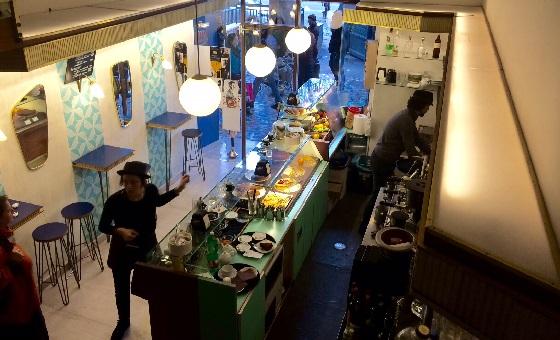 Gatsby Cafè – Sicht auf die Theke am Eingang vom 1. Stock aus