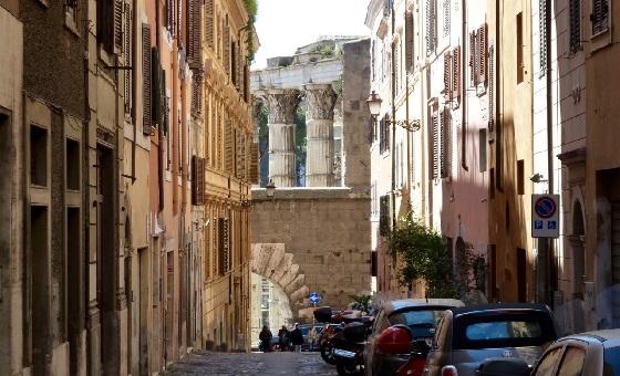Von der Via Baccina aus ist die antike Brandmauer, die das Forum von der Suburra trennt. Die Marmorsäulen gehören zum Marstempel des Foro Augusto.