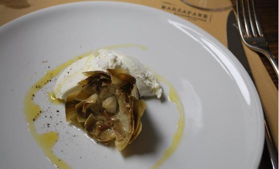 Carciofi alla Romana mit einer Burrata
