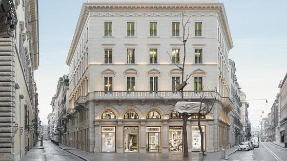«Foglie di Pietra» – Ton in Ton vor dem Fendi-Palast.