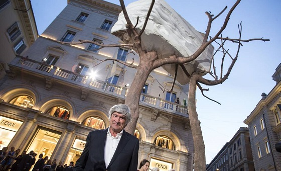 Der Künstler Giuseppe Penone vor seinem Kunstwerk.