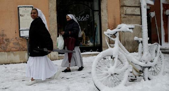 Die Nonnen lassen sich nicht beirren durch den vielen Schnee, der in Rom gefallen ist.