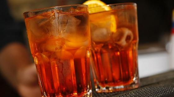 Spritz – mit Eiswürfeln und Orangenschmitz