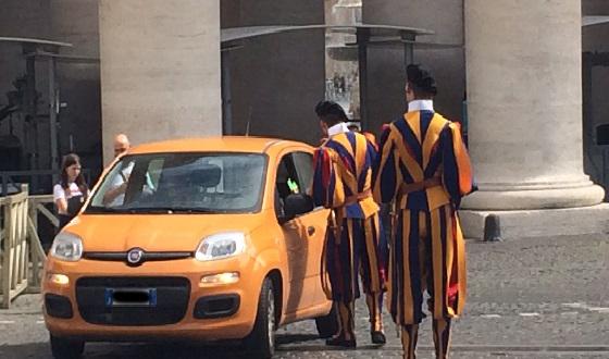 Schweizer Garde mit ihrer farbenprächtigen Uniform