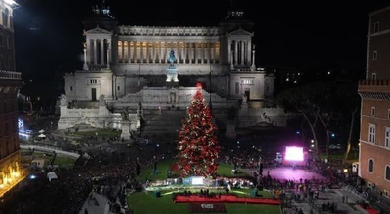 Römischer Weihnachtsbaum bei der Einweihung auf der Piazza Venezia