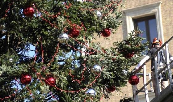 Römischer Weihnachtsbaum mit seinen Kugeln und LED-Lampen