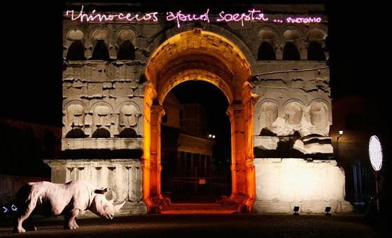 Palazzo Rhioceros – Janusbogen mit effektvoller Beleuchtung