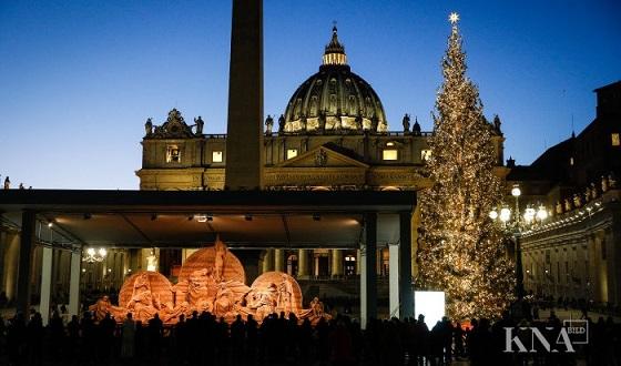 Sandkrippe vor dem Petersplatz – Gesamtbild mit Weihnachtsbaum