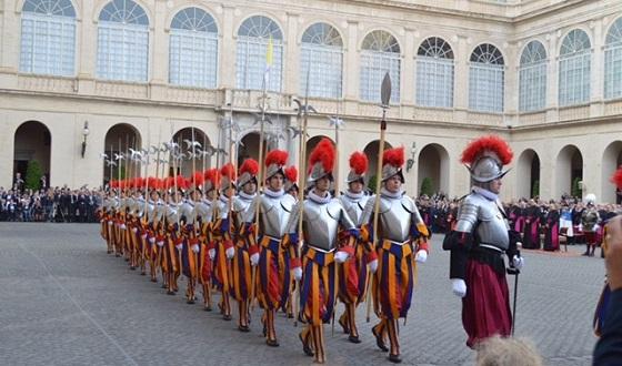 Vereidigung der neuen Rekruten der Päpstlichen Schweizergarde – Auszug aus dem Innenhof des Apostolischen Palasts