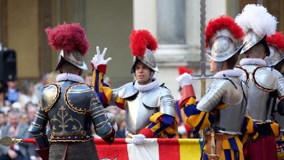 Vereidigung der neuen Rekruten der Päpstlichen Schweizergarde – der Schwur wird geleistet