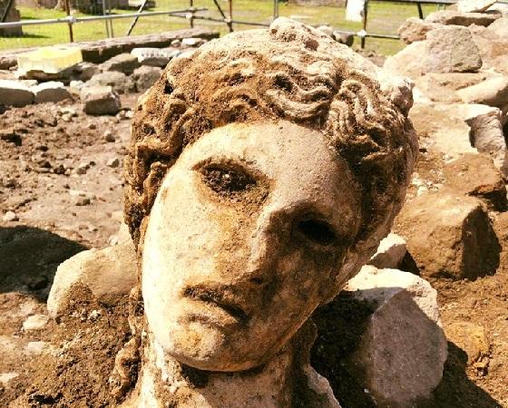 Archaeologischer Fund – freigelegter Kopf von Dionysos