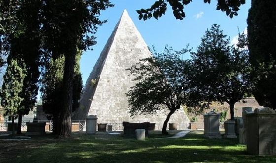Cimitero Acattolico – Blick auf die Pyramide