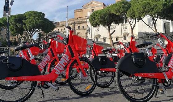 Uber JUMP Elektrofahrrad – zu übersehen sind die roten Bikes kaum